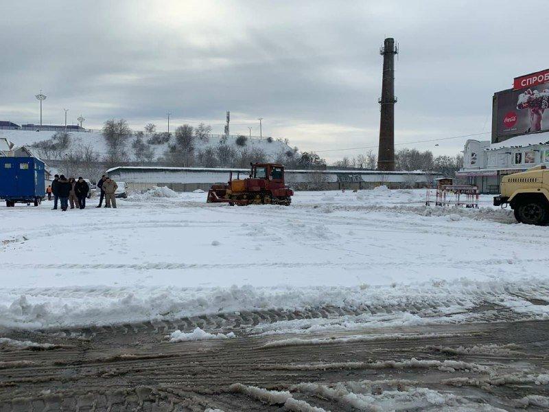 """Засыпало снегом: на одесском рынке """"7 километр"""" работает много спецтехники, - ФОТО , фото-9"""