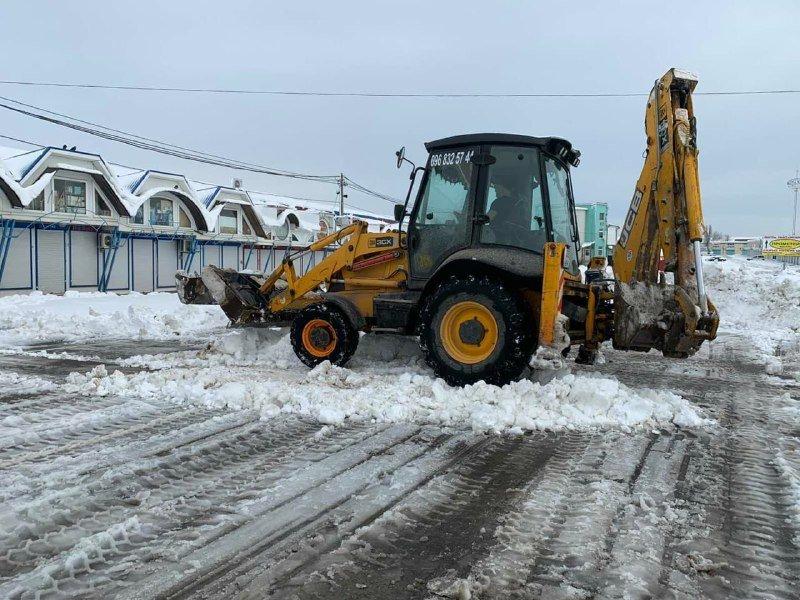 """Засыпало снегом: на одесском рынке """"7 километр"""" работает много спецтехники, - ФОТО , фото-4"""