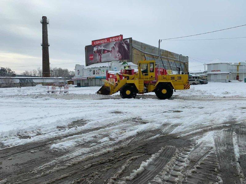 """Засыпало снегом: на одесском рынке """"7 километр"""" работает много спецтехники, - ФОТО , фото-1"""