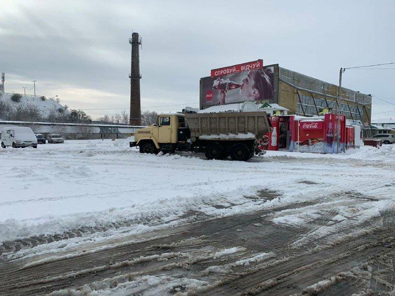 """Засыпало снегом: на одесском рынке """"7 километр"""" работает много спецтехники, - ФОТО , фото-10"""