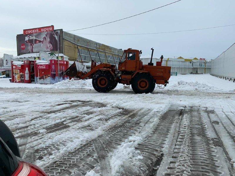 """Засыпало снегом: на одесском рынке """"7 километр"""" работает много спецтехники, - ФОТО , фото-7"""