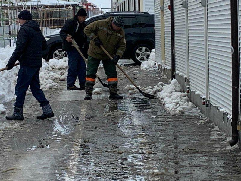 """Засыпало снегом: на одесском рынке """"7 километр"""" работает много спецтехники, - ФОТО , фото-8"""