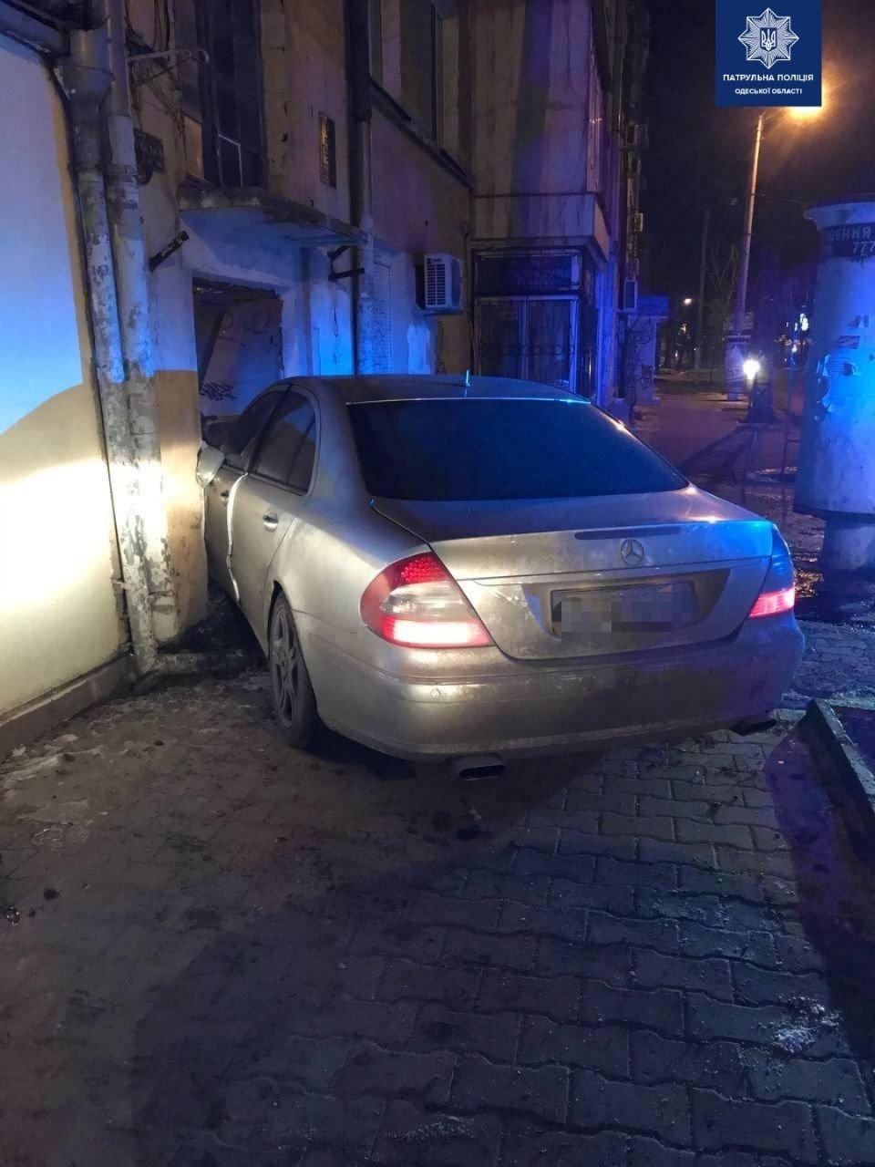 В Одессе пьяный водитель врезался в дом, - ФОТО, фото-1