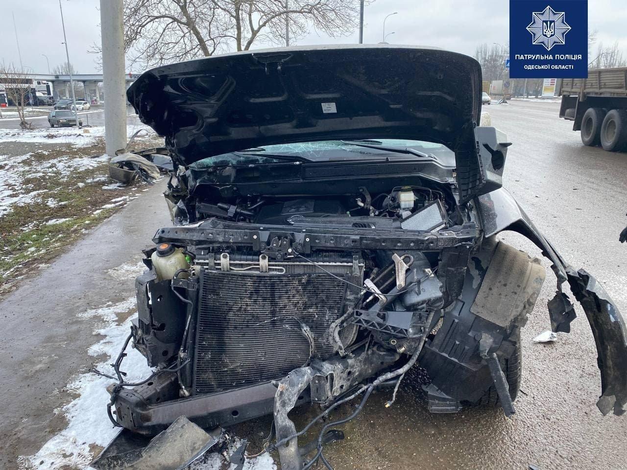 Под Одессой автомобиль врезался в столб, водителя госпитализировали,  - ФОТО, фото-2