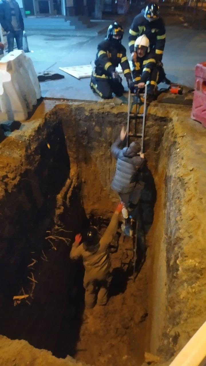 В Одессе парень упал в глубокую яму, - ФОТО, фото-1