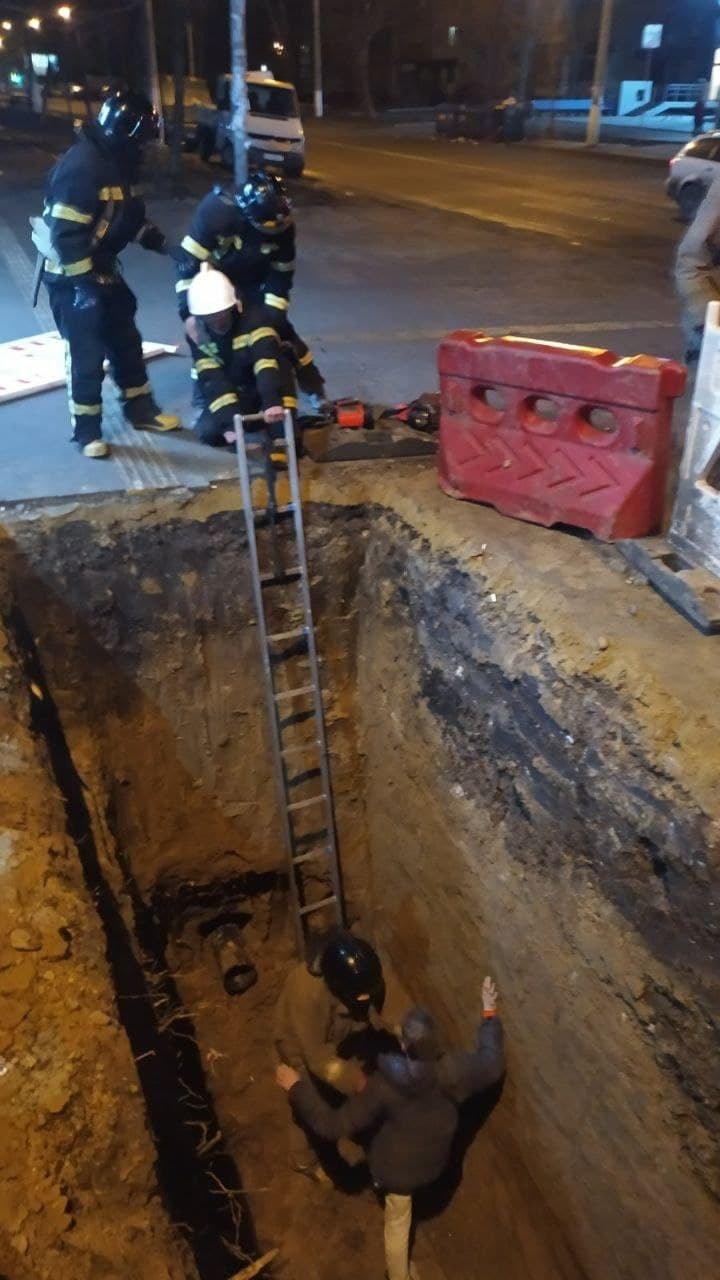 В Одессе парень упал в глубокую яму, - ФОТО, фото-2