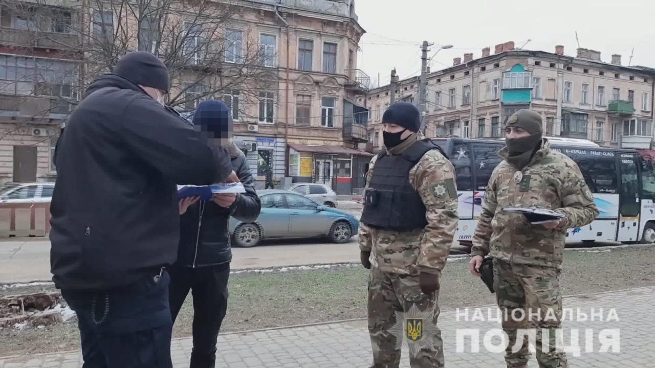По центру Одессы разгуливал иностранец с гранатой и запалом, - ФОТО, фото-2