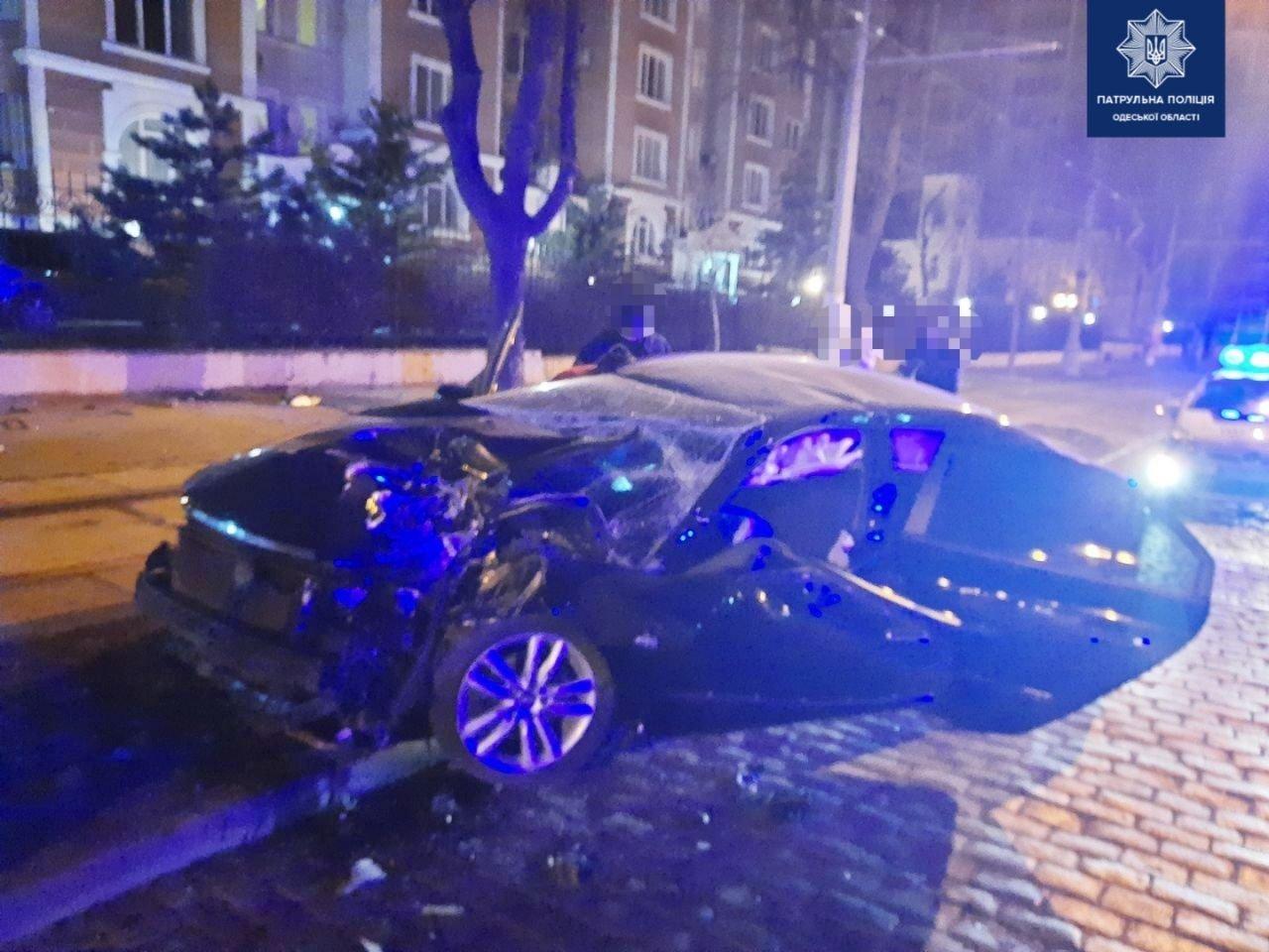 В Одессе на Французском бульваре автомобиль врезался в дерево, есть пострадавшие, - ФОТО, фото-2