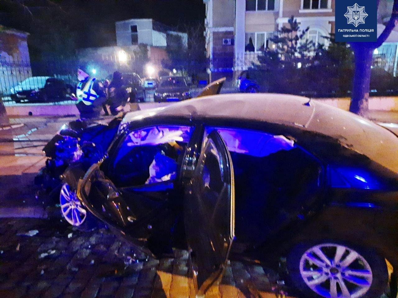 В Одессе на Французском бульваре автомобиль врезался в дерево, есть пострадавшие, - ФОТО, фото-1