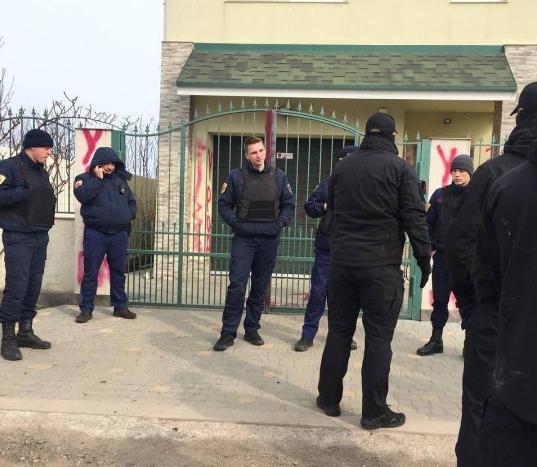 Активисты исписали дом живодера, который убил кота в Одесской области, - ФОТО, фото-2