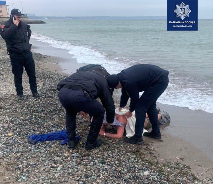 В Одессе мужчина показывал детям половые органы и пытался уплыть от полиции , фото-2