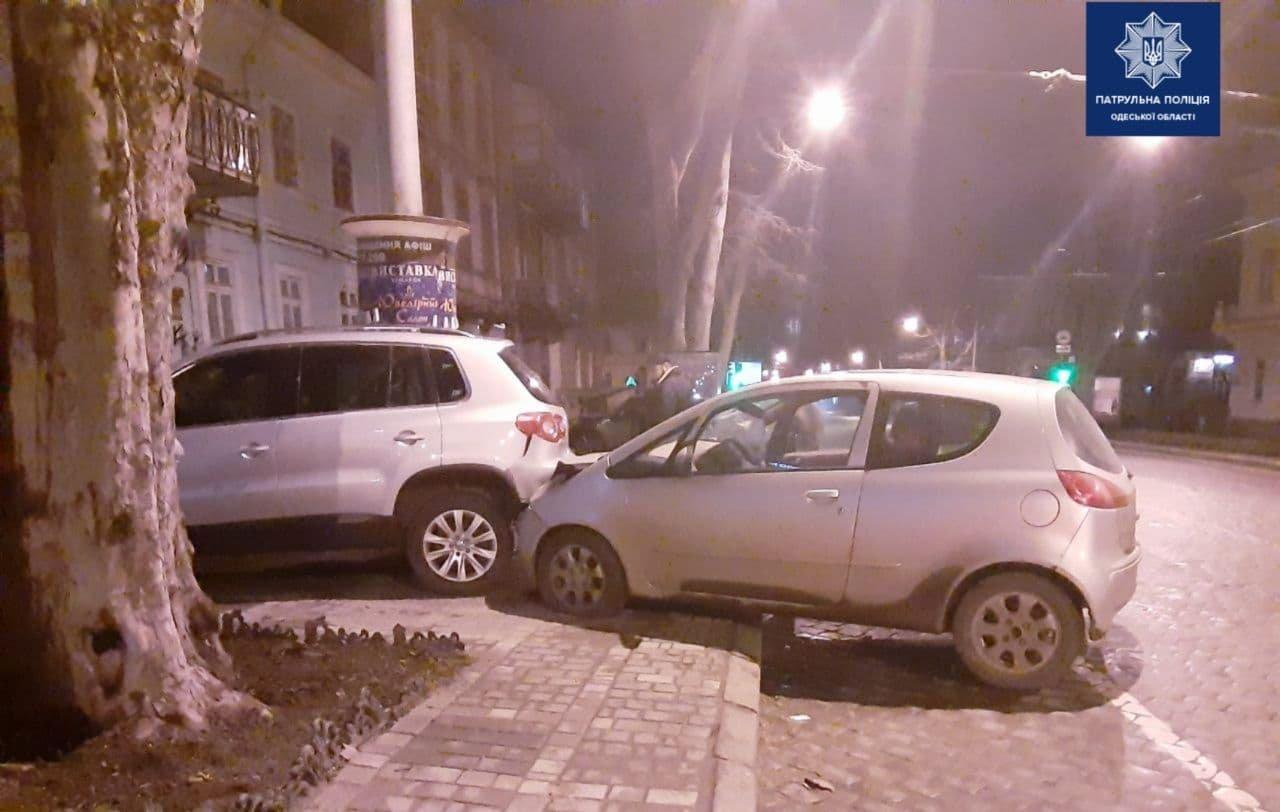 """В Одессе """"Mitsubishi"""" врезался в припаркованный автомобиль, водитель пострадал, - ФОТО, фото-1"""