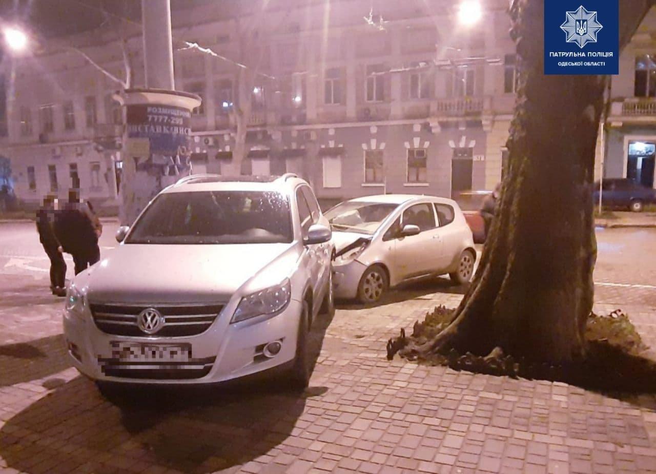 """В Одессе """"Mitsubishi"""" врезался в припаркованный автомобиль, водитель пострадал, - ФОТО, фото-2"""