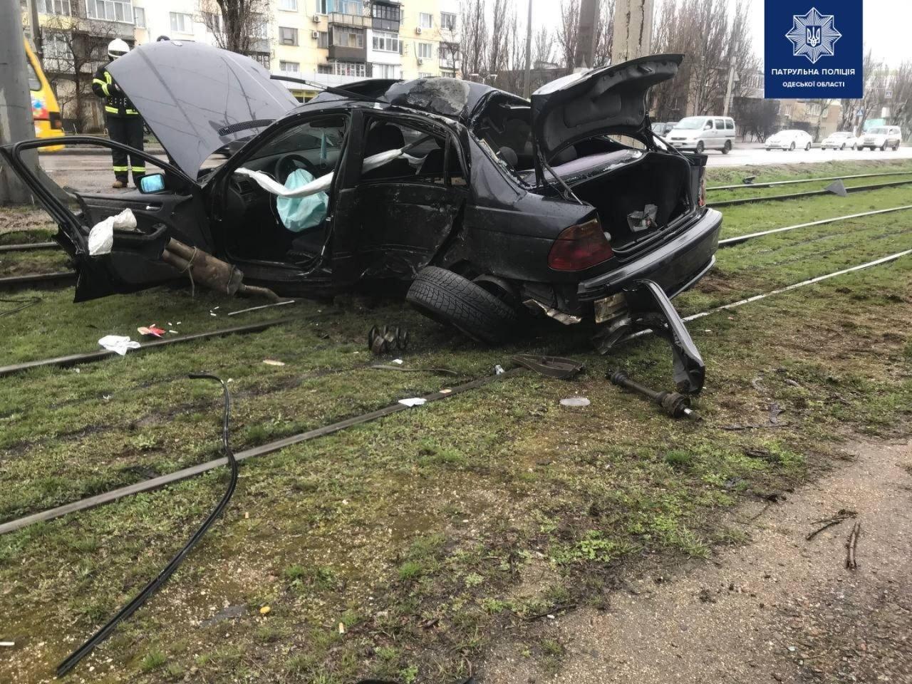 В Одессе на поселке машина влетела в столб , - ФОТО, фото-1