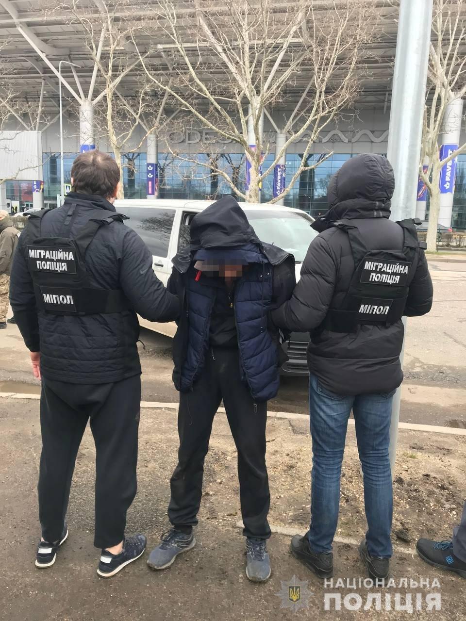 Задержание в одесском аэропорту: подозреваемый пытался вывезти в Турцию завербованных мужчин, фото-2