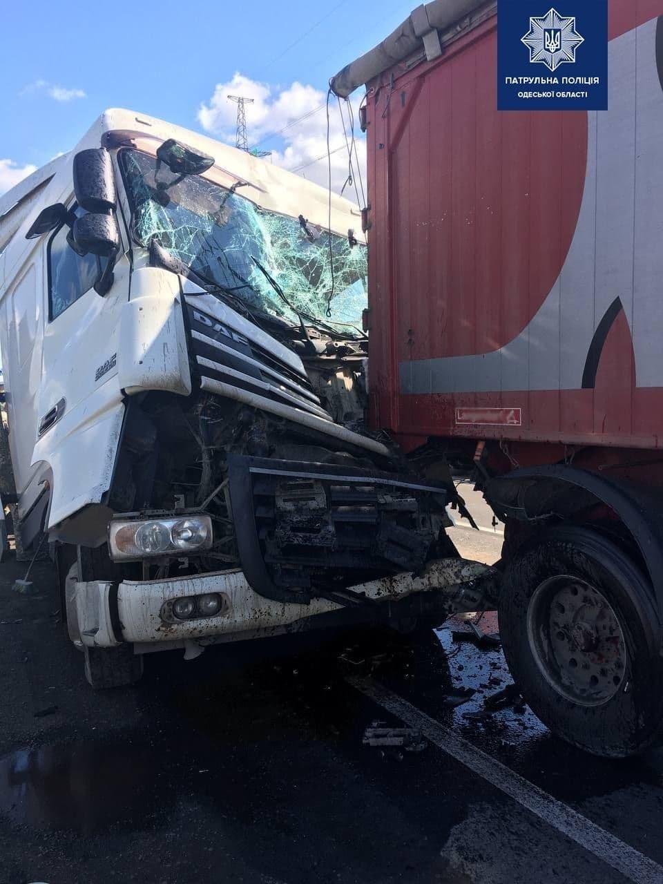 В Одессе на Объездной дороге столкнулись грузовики, есть пострадавший, - ФОТО, фото-1