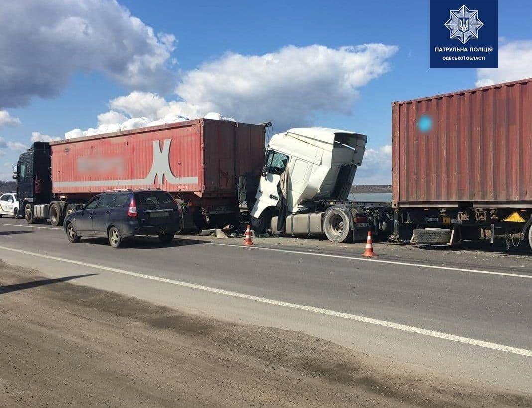 В Одессе на Объездной дороге столкнулись грузовики, есть пострадавший, - ФОТО, фото-2