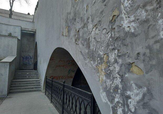 Штукатурка на Потемкинской лестнице осыпается из-за сырости: к лету покрытие обновят, фото-2