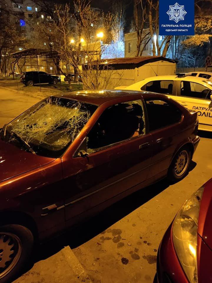 В Одессе пьяный мужчина после ссоры разбил окна машины своей сожительницы, - ФОТО, фото-1