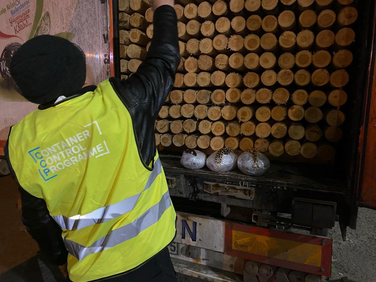 Под Одессой служебный пёс помог обнаружить 5 кг янтарных украшений, - ФОТО, фото-3
