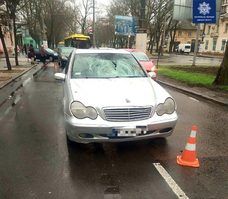 В Одессе Mercedes сбил пожилого пешехода: 75-летнего мужчину госпитализировали, - ФОТО, фото-1