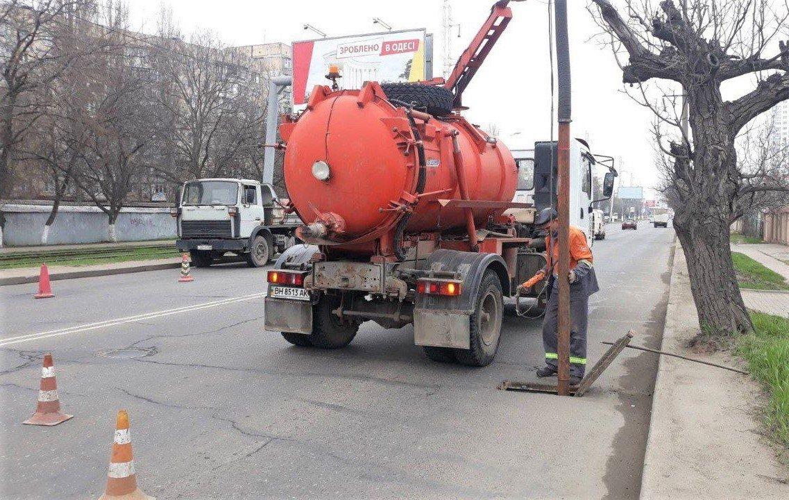 Одесские коммунальщики ремонтируют решетки дождеприемников, - ФОТО, фото-1