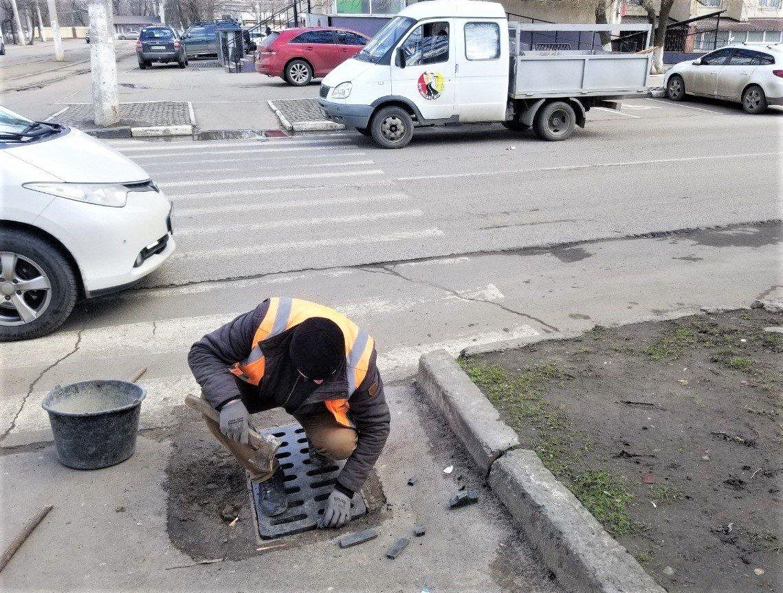 Одесские коммунальщики ремонтируют решетки дождеприемников, - ФОТО, фото-7