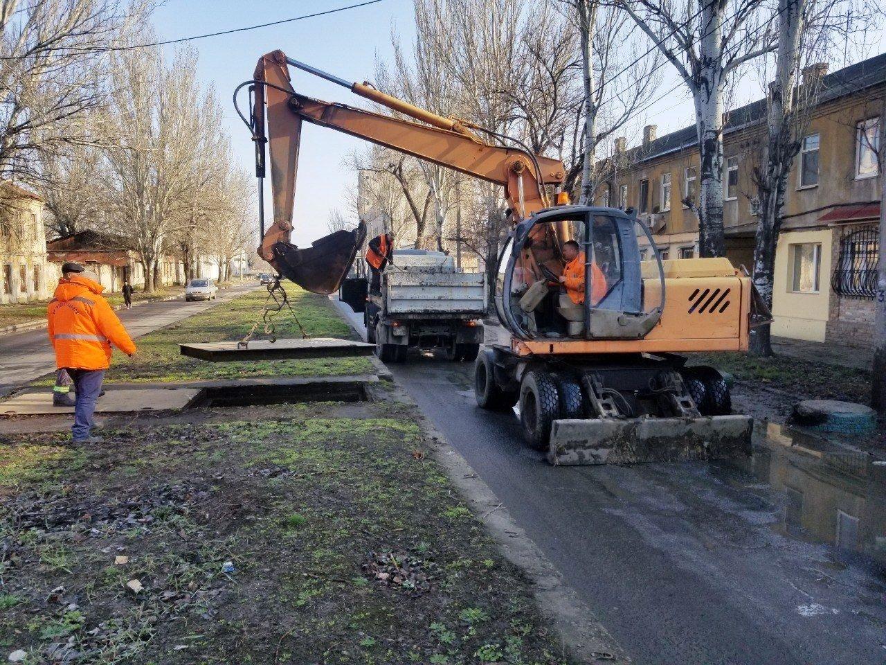 Одесские коммунальщики ремонтируют решетки дождеприемников, - ФОТО, фото-13