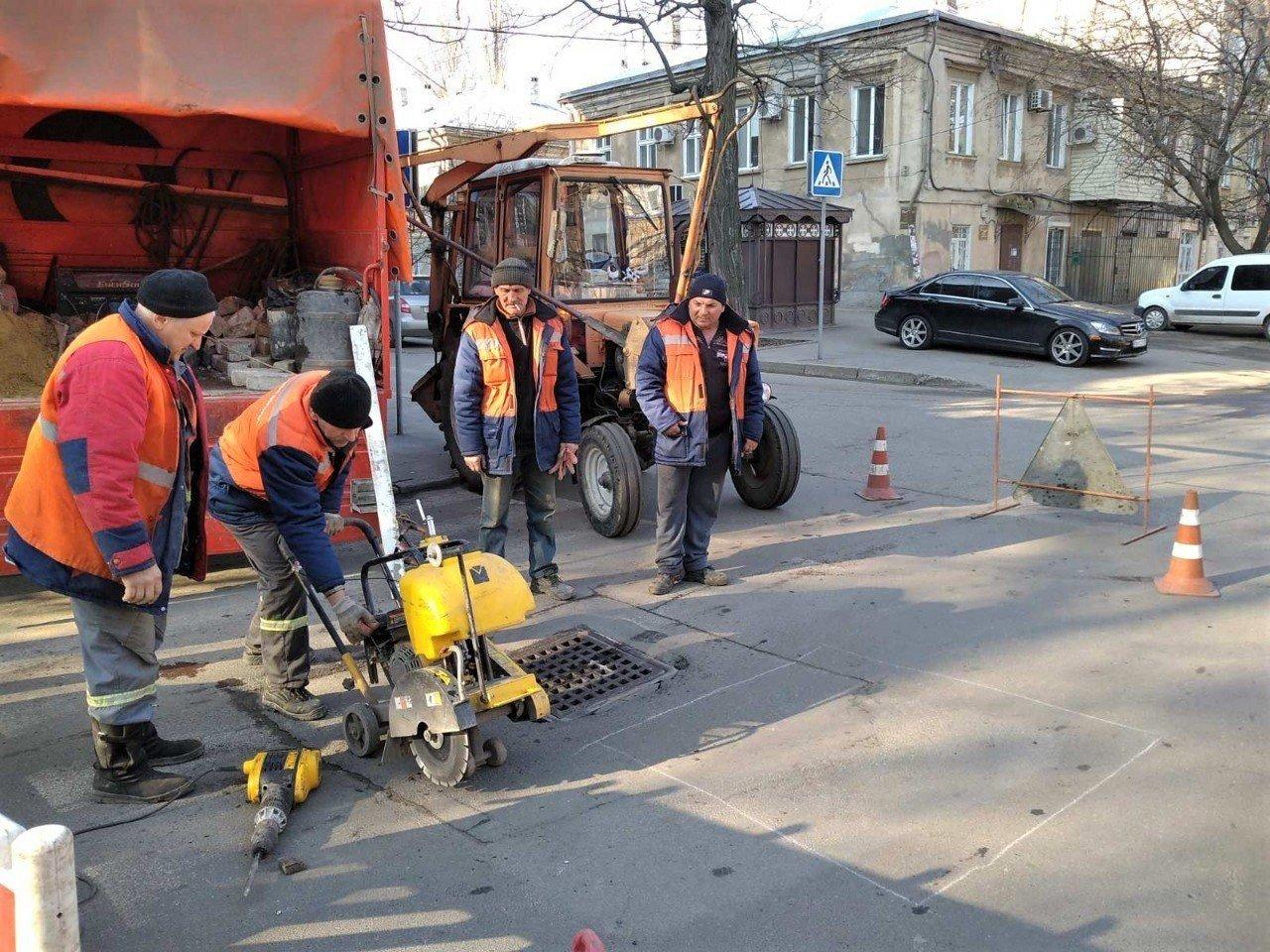 Одесские коммунальщики ремонтируют решетки дождеприемников, - ФОТО, фото-14