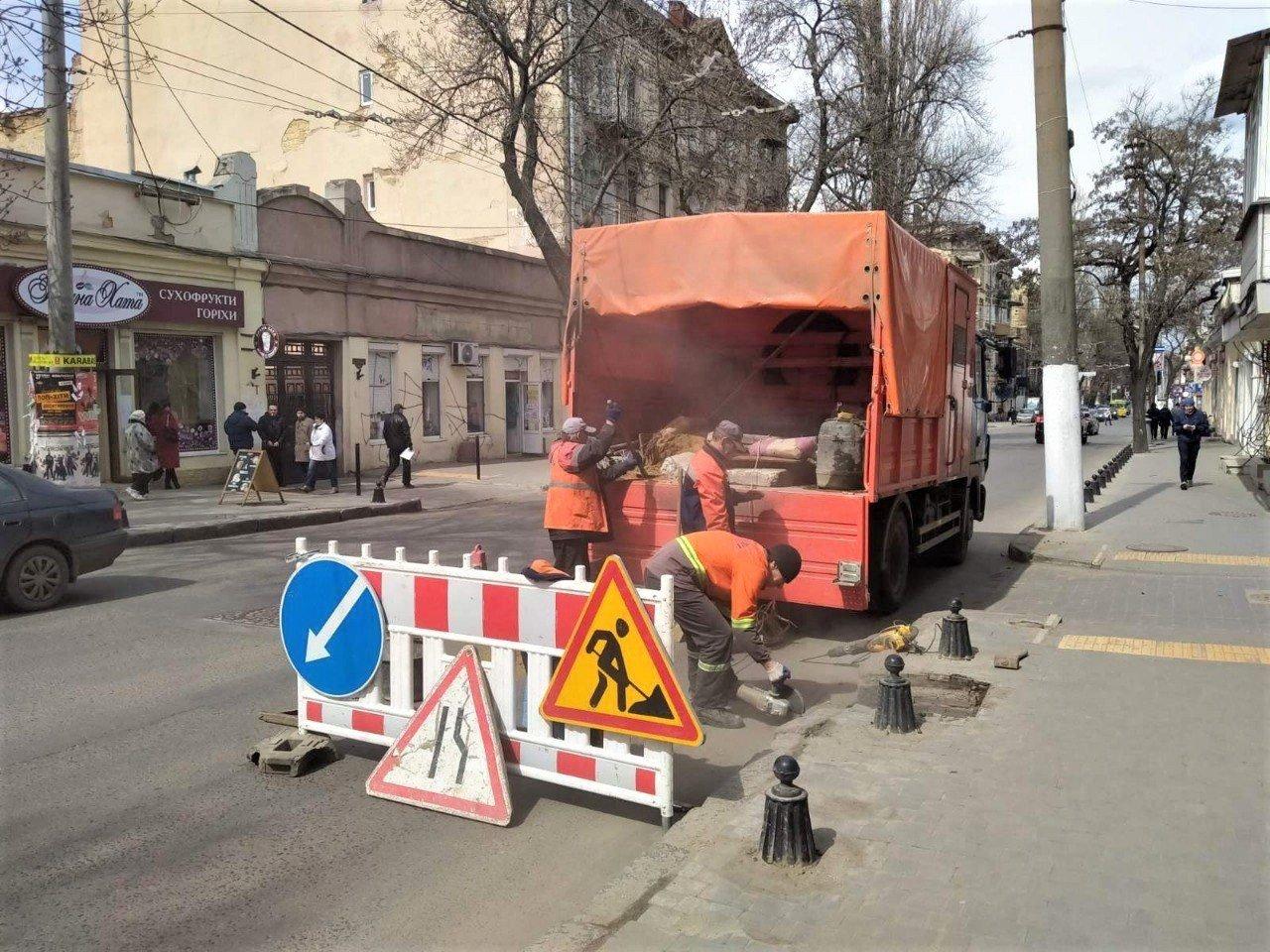 Одесские коммунальщики ремонтируют решетки дождеприемников, - ФОТО, фото-18