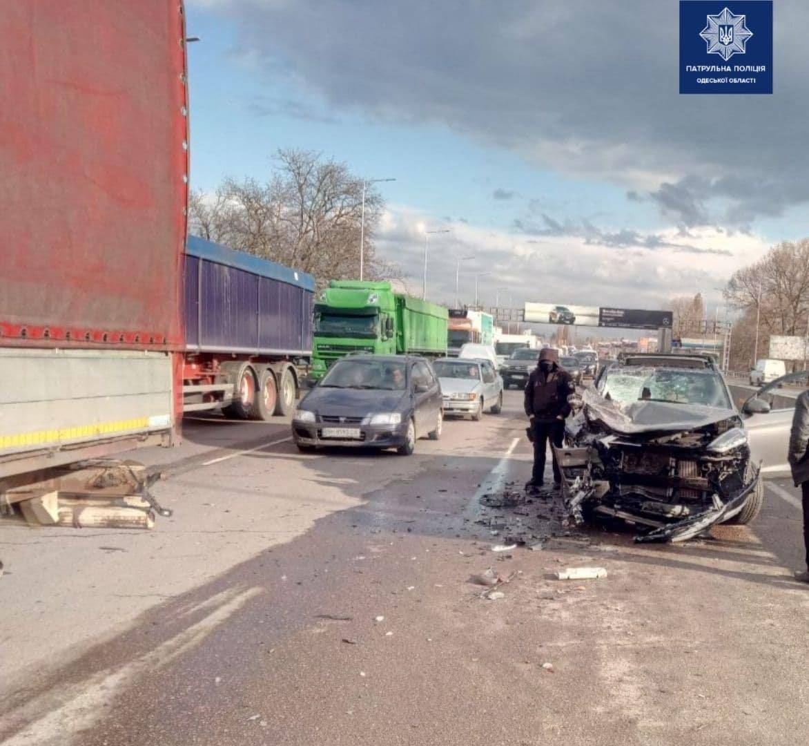 ДТП на трассе Киев-Одесса: легковушка врезалась в грузовик, есть пострадавшие, - ФОТО, фото-2