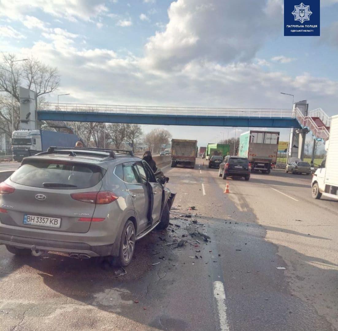 ДТП на трассе Киев-Одесса: легковушка врезалась в грузовик, есть пострадавшие, - ФОТО, фото-1