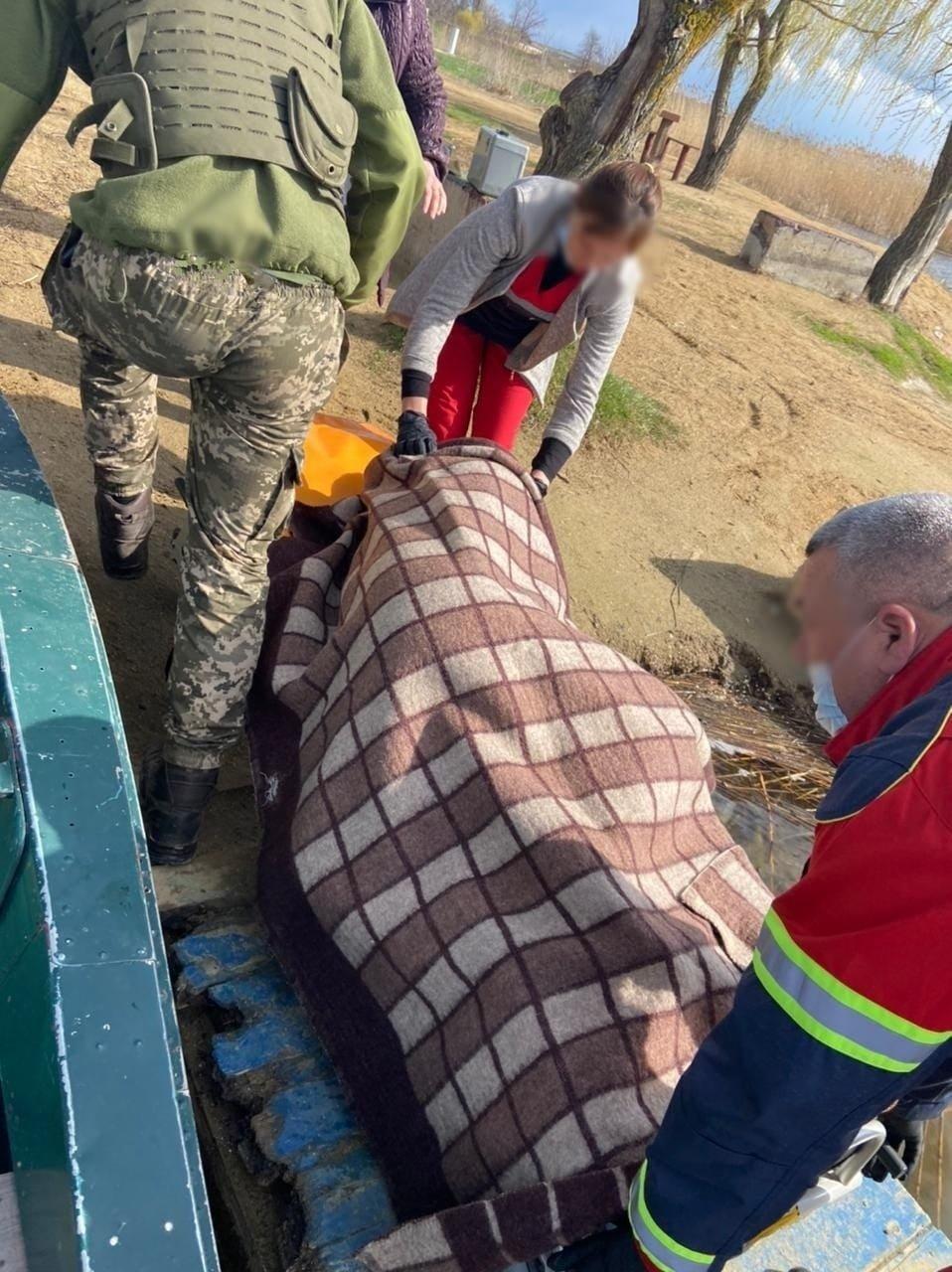 Мог утонуть или умереть от переохлаждения: в Одесской области спасли рыбака, фото-2