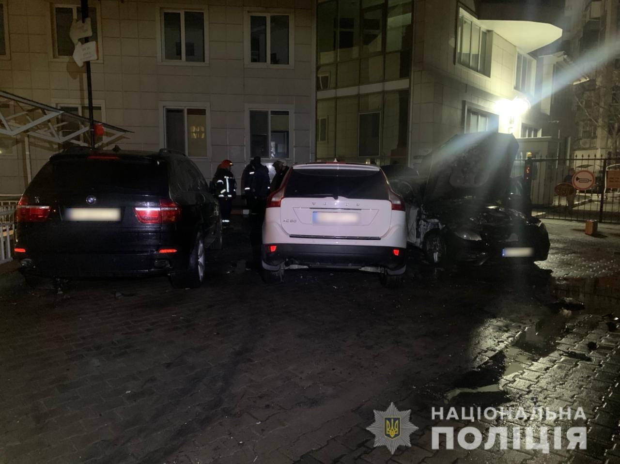 В Одессе неизвестные подожгли автомобиль, огонь перекинулся на соседние машины, - ФОТО, фото-3