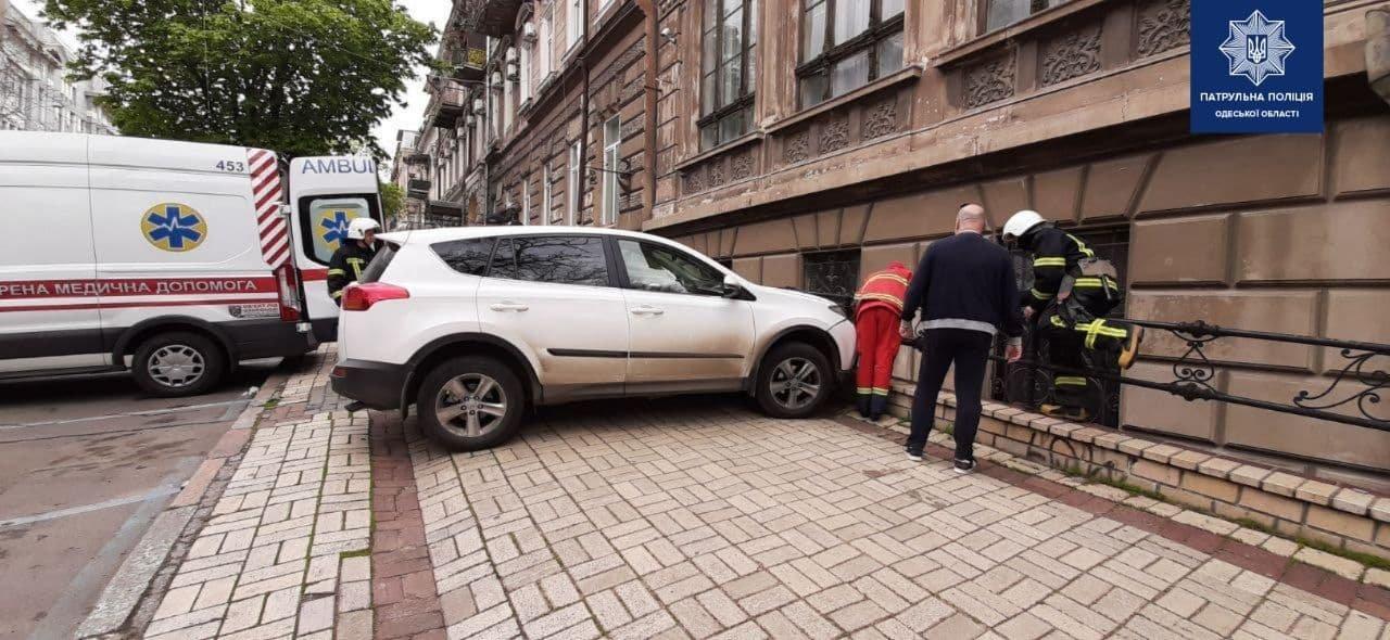 В центре Одессы автомобиль сбил мужчину: пришлось вызывать спасателей, - ФОТО, фото-2