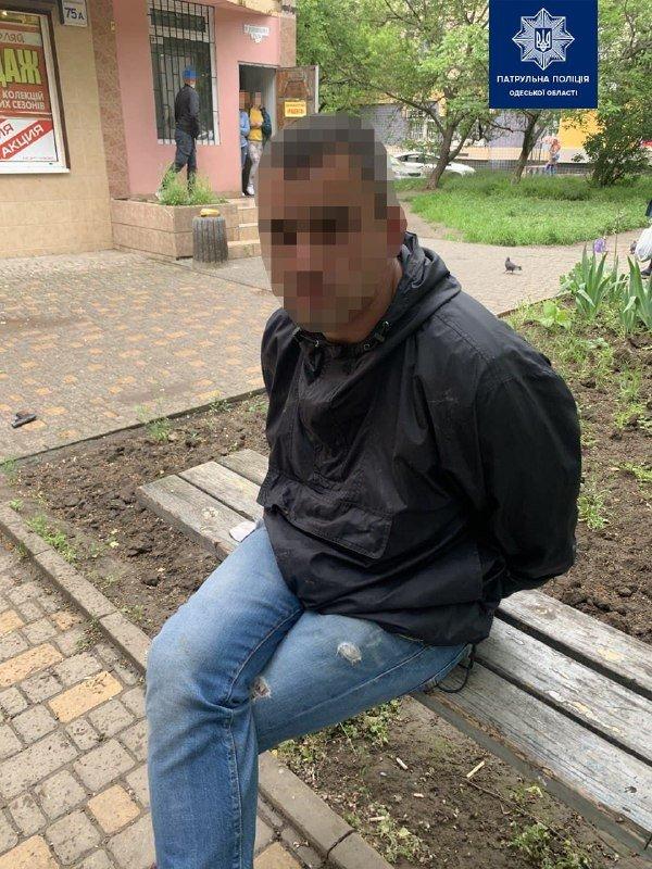Сел в машину и угрожал пистолетом: одесские патрульные задержали нетрезвого мужчину, - ФОТО, фото-1