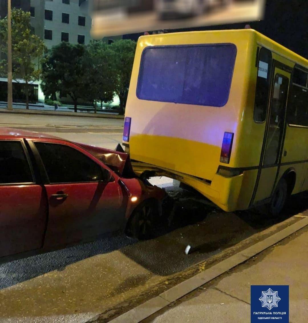 В Одессе автомобиль въехал в маршрутку, - ФОТО, фото-1
