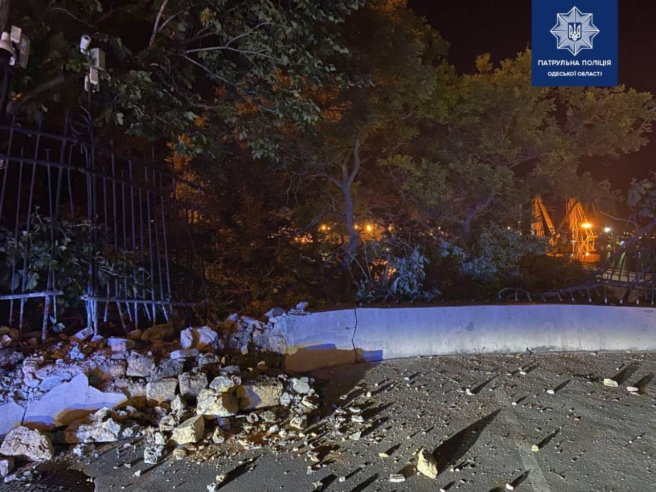 В Одессе автомобиль врезался в ограждение и вылетел на склоны, - ФОТО, фото-2