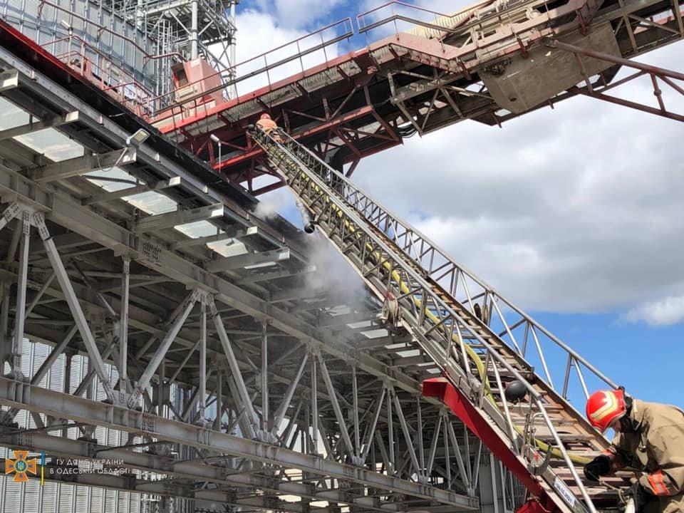 В порту Черноморска вспыхнул пожар, - ФОТО, фото-2