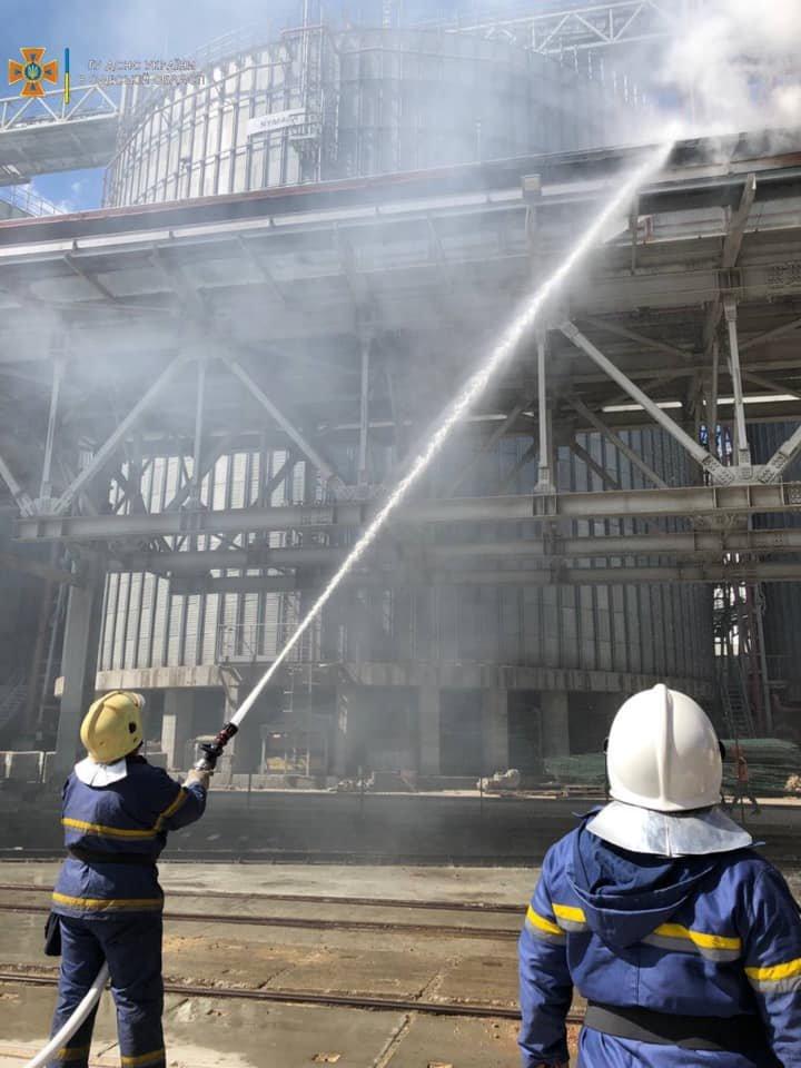 В порту Черноморска вспыхнул пожар, - ФОТО, фото-1