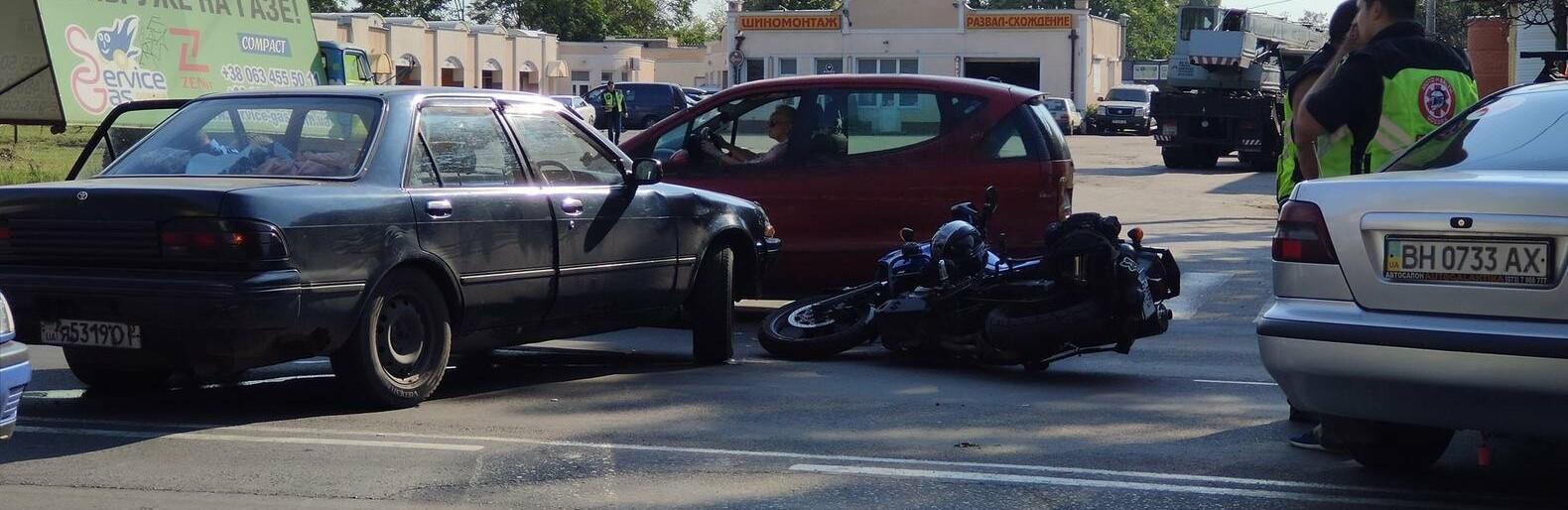 В Одессе мотоцикл столкнулся с легковушкой, - ФОТО0