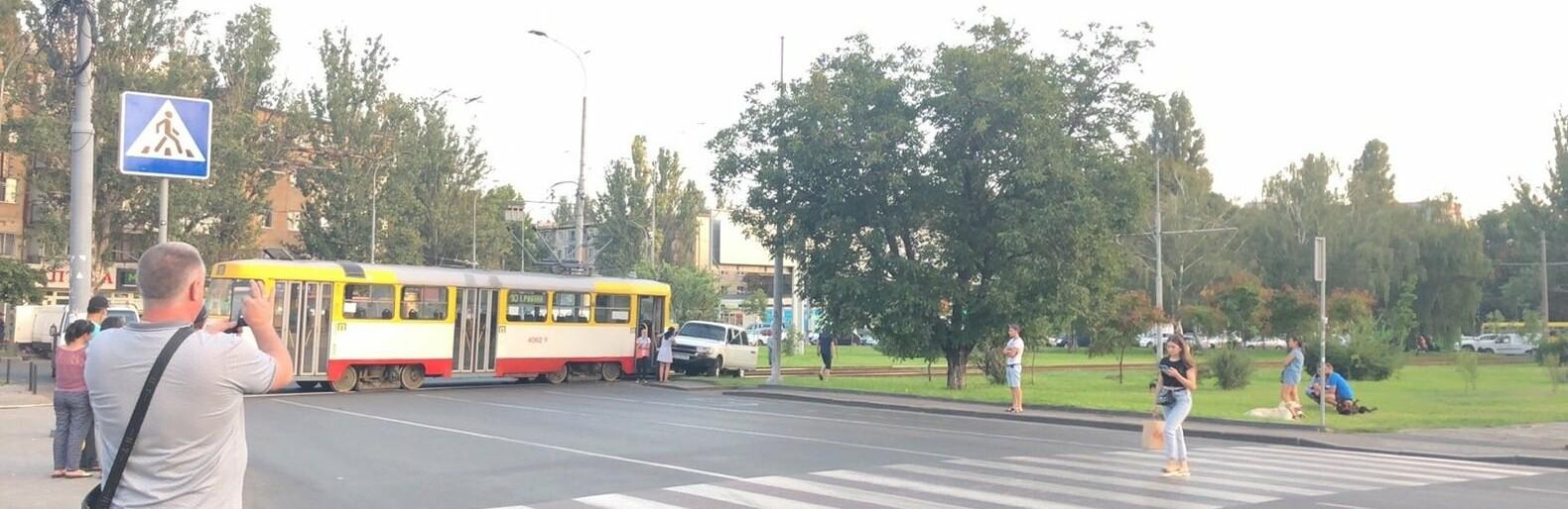 В Одессе трамвай протаранил автомобиль, - ФОТО0
