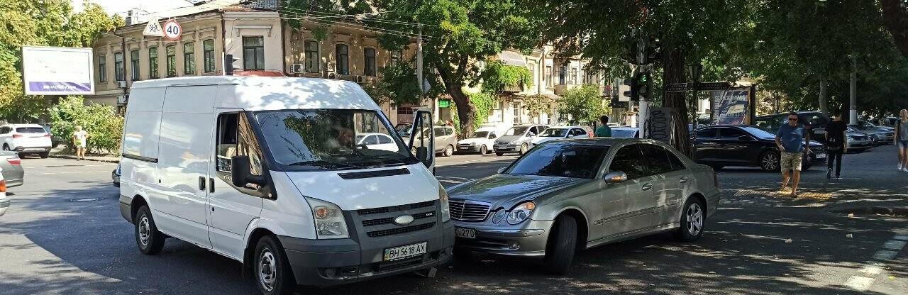В центре Одессы мерседес протаранил автобус, - ФОТО0