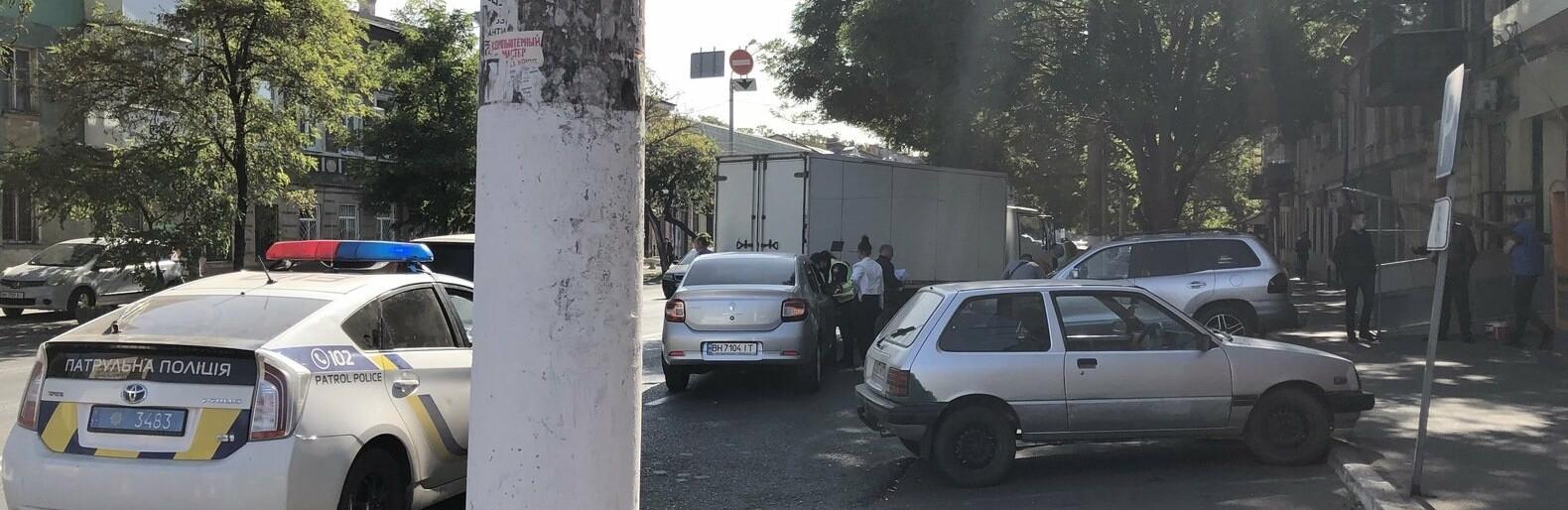 В Одессе Renault врезался в грузовик, - ФОТО0