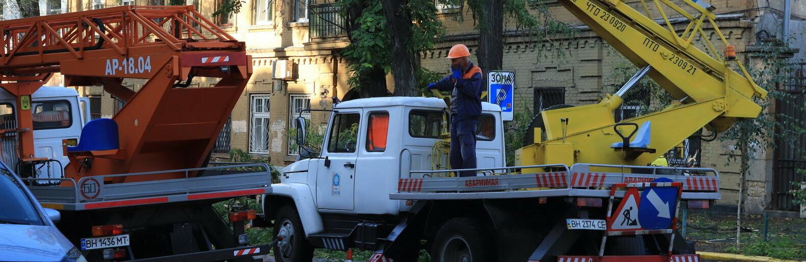 В Одессе упавшее дерево перекрыло движение по улице, - ФОТО, ВИДЕО0
