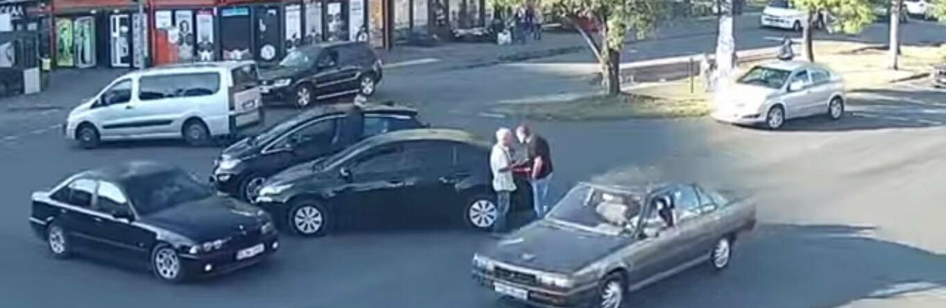 В Одессе пожилого водителя, нарушившего ПДД, ударили головой, - ВИДЕО0