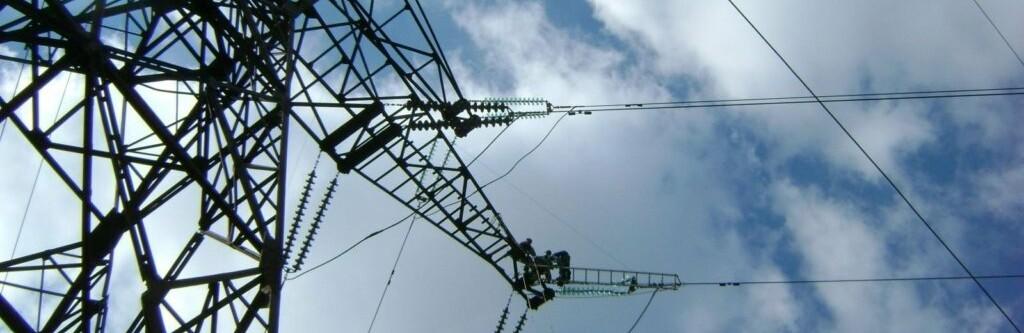 В Одессе мужчина залез на электроопору: его ударило током, он упал с высоты 10 метров, - ВИДЕО0