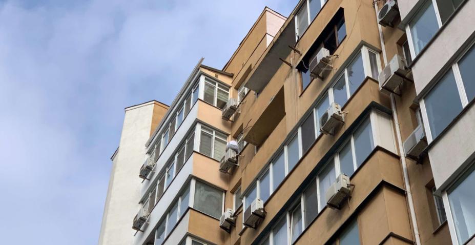 Одесситка стоит на кондиционере многоэтажки и собирается прыгнуть,-...0