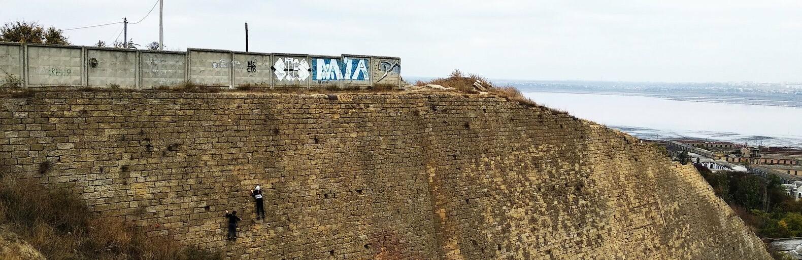 Подросток забрался на Куяльницкую стенку под Одессой и ждал целый ч...0