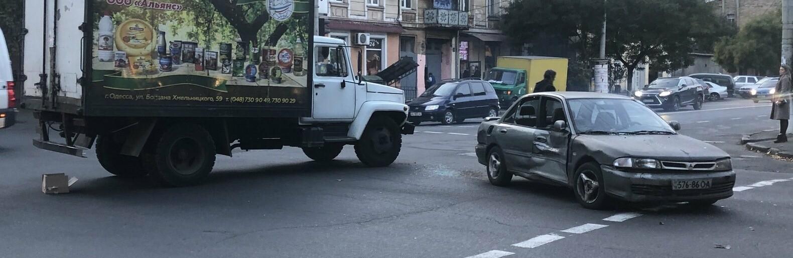 ДТП: в Одессе грузовик протаранил Mitsubishi, - ФОТО0
